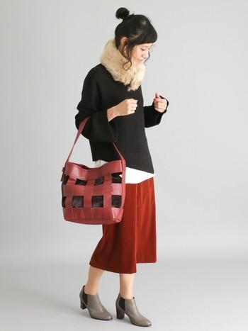 ファーネックウォーマーは、ナチュラルなガーリースタイルと相性抜群◎シックになりがちな秋冬ファッションも、ベージュのファーを選ぶとポイントになりますよ。