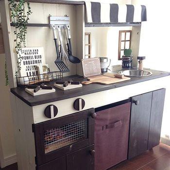 こちらも、なんとDIY作品のおままごとキッチン。手作りでこのクオリティは本当に素晴らしいですね。お子さまへの愛とママのこだわりもたっぷり詰まった素敵なキッチンです♪