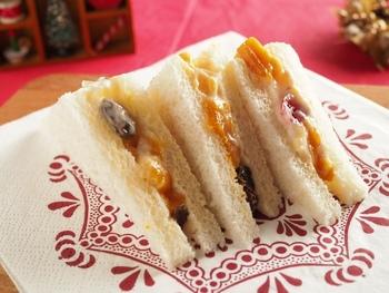 疲れたな~と感じる日にはランチに甘いサンドイッチを♪ドライフルーツとヨーグルトを使ったヘルシーでカラフルなサンドイッチは疲れた心も癒してくれそうです♡