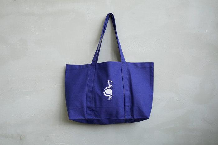 デンマークのスーパーマーケット「Irma(イヤマ)」オリジナルのトートバッグ。ふんわりヘアに大きなリボンをつけて、買い物かごを持っている、このスーパーのキャラクター「イヤマちゃん」が刺繍されており、このバッグのポイントになっています♪