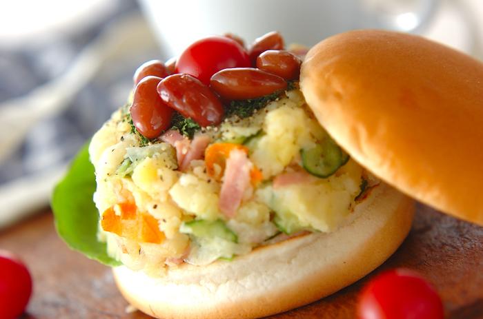 ハンバーガースタイルのサンドイッチは、野菜メインなのでダイエット中の人にもおすすめです!ポテトと煮豆の組み合わせが意外にもマッチ♪で新食感が楽しめます。