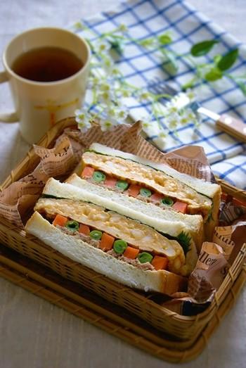 はんぺんを入れてふっくら焼いた玉子が美味しい♪インゲンと人参で彩りも美しく、ツナの塩味と大葉の風味が優しい和風サンドイッチ。いつもの洋風サンドイッチに飽きたらぜひ作ってみてください♪