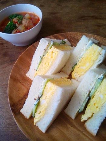 朝パッと作れて仕事をしながらでも片手で食べられるサンドイッチは、働く女子のお弁当としても人気です。野菜やお肉、フルーツなどその日の気分で挟むものを変えられるのも魅力の一つ。