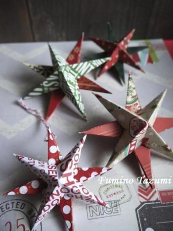 同じように折った星型の折り紙を貼り合わせるだけ。ぷっくりと立体的なフォルムが可愛いクリスマスオーナメントです。違うデザインの折り紙を貼り合わせると、バリエーションが広がって、それだけでも華やかなツリーになりそう♪