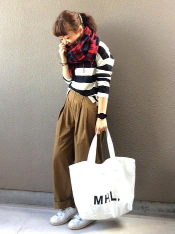 ガウチョを使った大人カジュアルにトートバッグを合わせて。しっかりしたハリのある素材なので、秋冬用のバッグにも最適です。