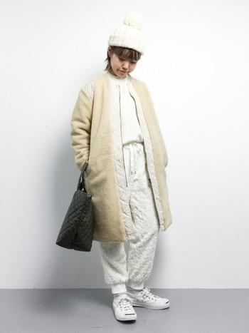 こちらは、寒い季節、街中でひときわ目をひきそうなオールホワイトの上級者コーデ。コートの裏地はキルティング加工になっていて、とっても軽くてあたたかです。あえてブラックコーデに合わせて、モノトーンコーデにするのも素敵かも。