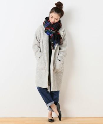 チェスターコートも、今年はボア素材のものはいかがですか?さらりとデニムに合わせて、こなれ感のある着こなしに。やわらかで軽やかな冬のスタイル♪
