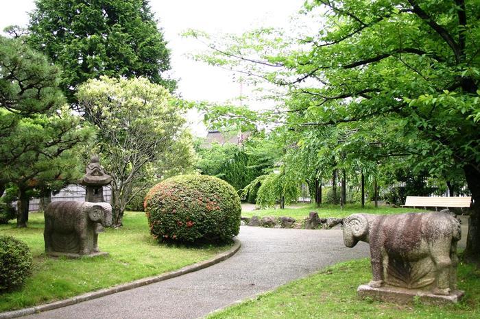構内の東側の一角には、朝鮮半島の石造遺品を展示した「東の庭」、西側には、日本の石仏等が展示された「西の庭」があります。緑多く、開放的な空間です。ぜひ庭の散策も楽しみましょう。