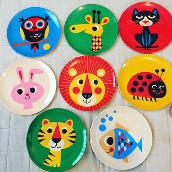お子さまがいらっしゃる方や北欧好きさんは、動物たちがカラフルに描かれたメラミンプレートを見たことがありませんか?