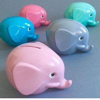 カラフルなぞうの貯金箱は、そのコロンとした丸いフォルムが特徴的。カラーバリエーションも豊富です。