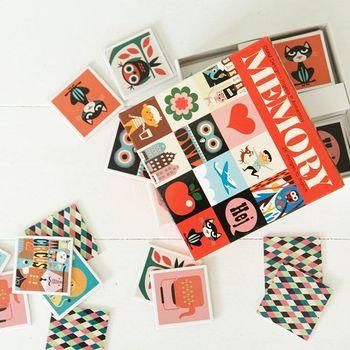 メモリーゲーム(神経衰弱)のカードセット。小さなお子さまならイラストの面を表にして並べて、「猫はどこだ?」などとイラストを探すゲームにしてもいいですね。