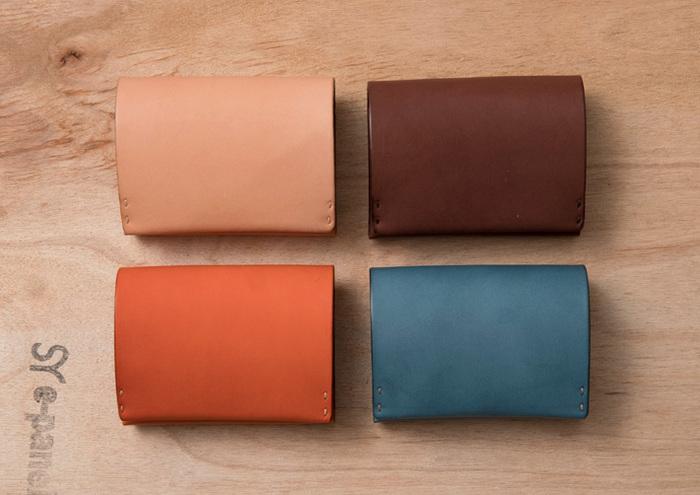 縦に、タテに。 小銭もお札も同じ動作で取り出せる財布。