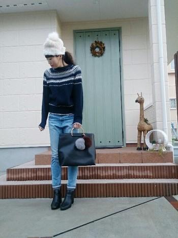 ファーのポンポンがキュートなニット帽。バッグにもファーチャームを付けて、季節感たっぷりのコーディネートに仕上がっています。
