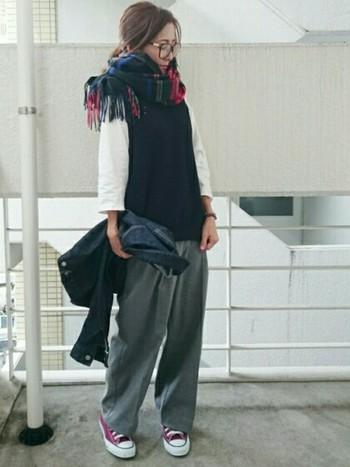 ゆるめに結んで裾のフリンジをちょこっと前に♪トレンドのワイドパンツに、ストールとスニーカーが差し色になった素敵な着こなしですね。
