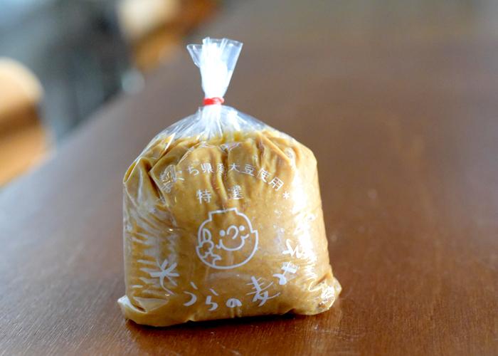 『光うらの麦みそ』 光浦醸造のスタンダードは優しい甘味が特徴の麦味噌。山口県の大豆と麦を使い、代々受け継がれてきた木桶でじっくり熟成させた、一番人気の味噌です。