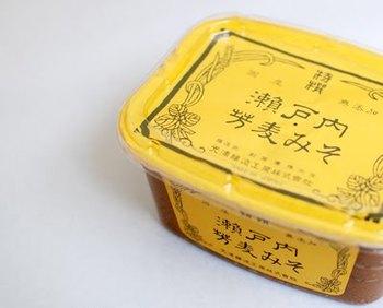 """『瀬戸内芳麦みそ』 材料の大豆・麦・食塩、全てに瀬戸内産のこだわりの素材を使い、無添加で作られています。瀬戸内地域で好まれる麦の香り豊かな「瀬戸内麦みそ」を、光浦流により芳醇な味わいを追及した『瀬戸内""""芳""""麦みそ』です。"""