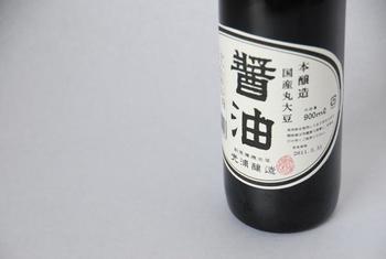 『国産丸大豆本醸造醤油』 国産の丸大豆・小麦・塩を使用した、本醸造の濃口醤油。さまざまな料理に合う万能醤油です。