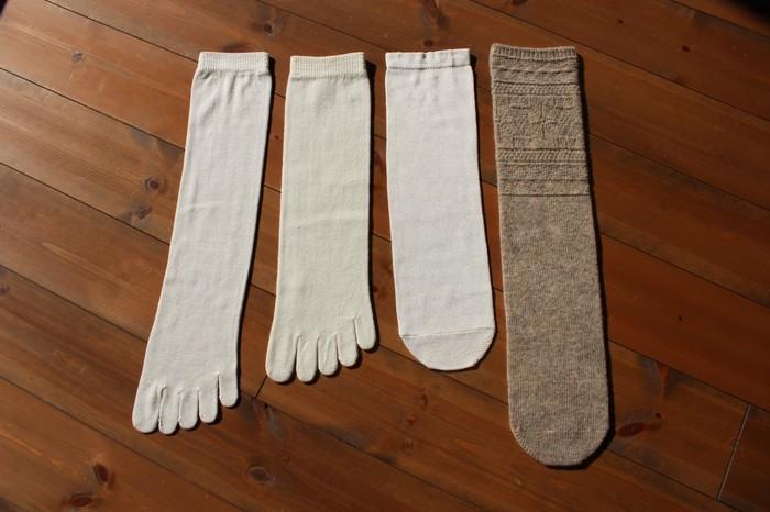 くらしきぬの代名詞「冷えとり靴下」。4足を重ねて履くようになっています。天然繊維の選りすぐりの糸を使用し、国内の工場で一足一足丁寧に編み上げられた靴下は、手放せなくなる心地良さ♪