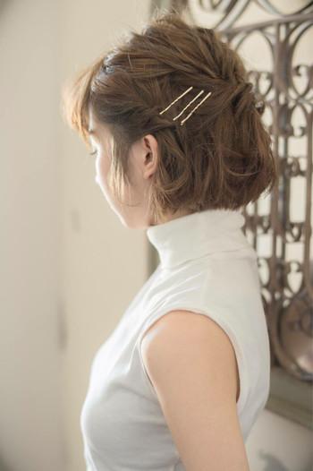 サイドの髪の毛をねじってピンで留めて。サイドがすっきりするので爽やかな雰囲気に仕上がります。ねじって止めるだけなので時間がない時にもオススメアレンジ!