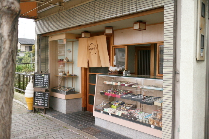 「梅香堂」は、京都国立博物館から、東大路通を南に向かい、JR東海道線を渡ってすぐ左手。地元からも観光客からも愛される昔ながらの甘味処です。秋冬、春夏で看板メニューが変わる人気店です。