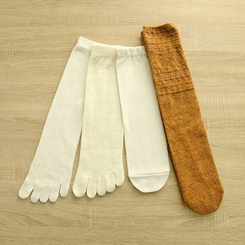 では、冷えとり靴下・基本の4足セット・しっかりウールタイプを例に履く順番を見てみましょう。