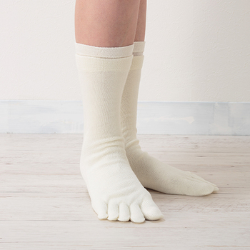【2枚目】断然温かいウールの靴下。ウールは吸湿・放湿・保湿性に優れ、冬は暖かく夏は涼しい素材です。撥水性が高く、汚れにくい繊維で汗冷えも起こりにくいので冷えとりに◎。