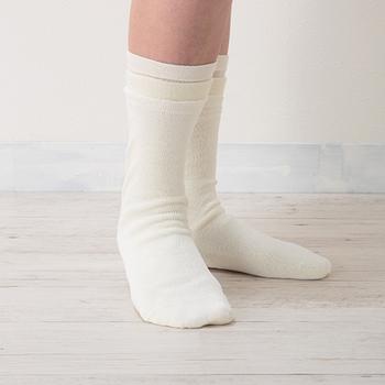 【3枚目】重ね履きの締め付け感がないように工夫が施された絹先丸靴下。絹糸には小さな穴が開いていて、その穴から汗などの老廃物を外に出しています。放湿性もあるので重ねても蒸れません。