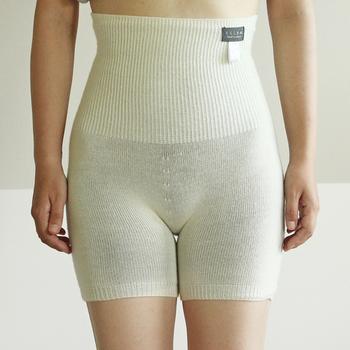 内側が絹、外側がウールのはらまきパンツ。無縫製のホールガーメント機で立体的に編み上げています。特殊弾性糸を使用し、フィットするのに締め付け感がありません。もたつかないのでパンツスタイルにもOK。優れた吸湿・放湿性で温かいのに蒸れないのも嬉しいですね。