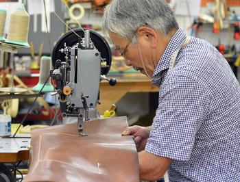 1973年創業。渋谷に工房兼ショップを構える老舗の革鞄工房。 「丈夫で長く使える鞄」をテーマに武骨な革製品を400型以上、変わらずに作り続けています。  東京の他に、大阪、仙台、名古屋、博多(工房のみ)に店舗を構えています。