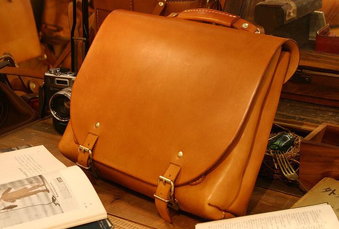 数あるHERZのショルダーバッグの中でもロングセラーの鞄。 作り手の名前をとったナレッジバッグ。 標準は2wayですが、3way(リュック仕様)にも変更できる機能が魅力。
