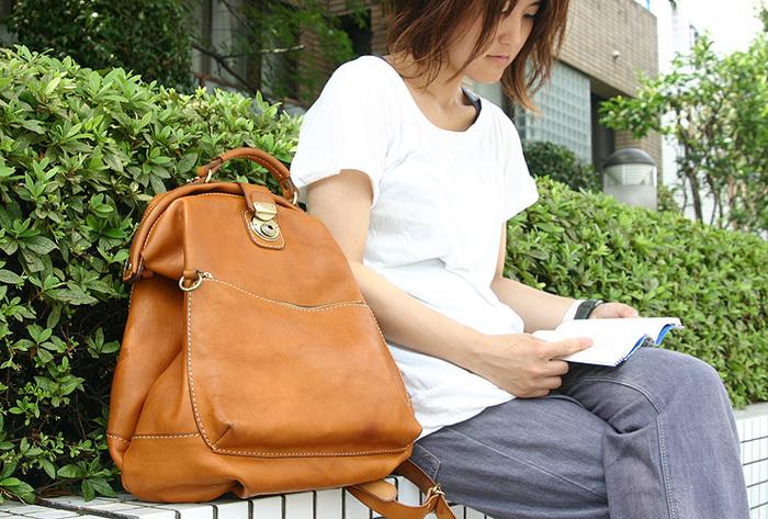旅に持って行きたい鞄を作るというコンセプトからスタートしたリュックサック。 がま口と丸みを帯びたシルエットが可愛い鞄。 これで旅に出たら、きっと楽しい!!