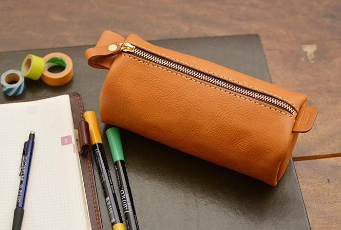 その名の通り、筒型の大きなペンケース。 サイズ感を活かして、ポーチとしても使える実用性も魅力。