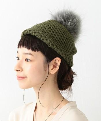 ファー帽子といっても、前面ファーのものから、ポンポン付きニット帽など部分使いのものまで様々ありますよ。