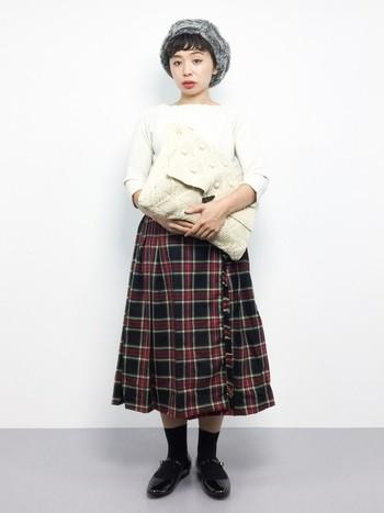 程良くボリューム感があり可愛らしくかぶれるファーベレー帽。タータンチェックのミモレ丈スカートに、ファー帽子とリブニットをあわせた大人女子の秋冬ガーリースタイルです♪