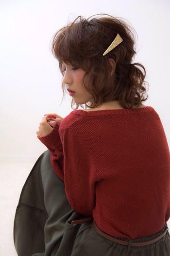 「くるりんぱ」した場所にバレッタや大きめなピンをつけても可愛く仕上がります。