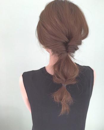 ロングヘアでも「くるりんぱ」はオススメ。髪の毛全部を使ったり、ハーフアップした髪だけ使ったり「くるりんぱ」でヘアアレンジのバリエーションが広がります。