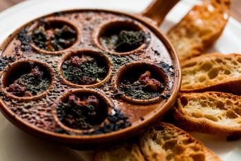 こちらは、自家製ハーブバターをたっぷり使ったつぶ貝のグリル。美味しい物とワインがあれば幸せになれそうです。