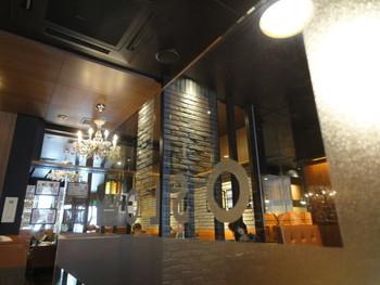 北欧の家具や照明が使われ、シックで落ち着いた雰囲気の店内。