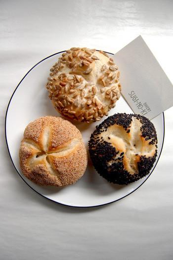 バゲットやクロワサンなどのシンプルなパンが、美味しいと評判です。こちらのカイザー(黒ごま、ケシの実、ひまわりの種)三種類は、ふわふわでもちもちです。