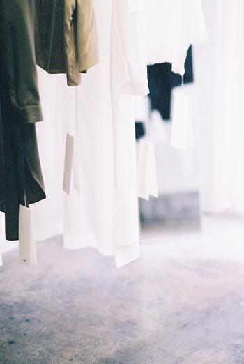 現代社会は物がたくさん生産されてたくさん消費していく社会。洋服においてもそれは同じことで、ファストファッションや流行を追い続ける洋服が街中にあふれていますが、それらが作られている背景を知っていますか?