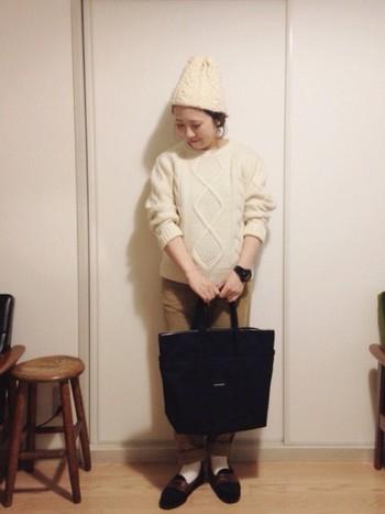 シンプルな大人カジュアルに、ブラックのキャンバスバッグを合わせて。コーデの引き締め役になっています♪
