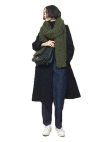 素朴でかわいらしいざっくり編みのマフラーは、地味色を使うとおしゃれに決まります。デニム×スニーカーのカジュアルコーデにレザーのバッグを合わせて、洗礼された雰囲気に。