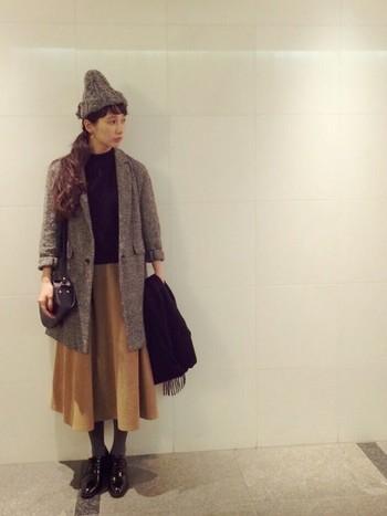 キレイめコーデにニット帽を合わせ抜け感を出すことで、雰囲気のある着こなしに。色使いはグレー×ブラック×ベージュで大人っぽくまとめることで、野暮ったくなりません。