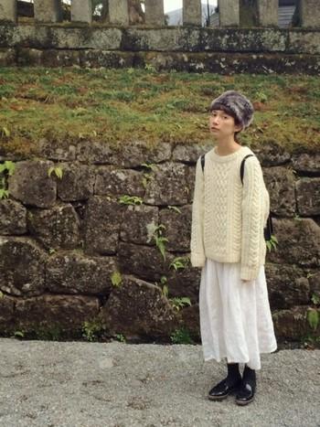 大人っぽい雰囲気のあるファー帽子と可愛らしいざっくり編みのニットを合わせ、大人可愛く仕上げたスタイル。小物は黒で統一することで、メリハリのあるコーディネートになっています。