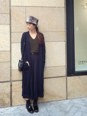 ロングカーディガンにVネックのカットソーを合わせたキレイめスタイルにファー帽子をプラスして、シックな雰囲気に仕上げたコーディネート。ネイビー×カーキという色使いも素敵です。