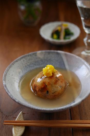 里芋団子をカリッと揚げて、生姜が入ったツヤツヤのあんをかけて。ほっこりやすらぐ美しさ。