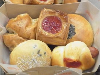 こちらはあんぱんやオレンジデニッシュなどが入ったプチパンBOXです。一度にたくさんの種類のパンを味わえるのでお土産に持っていくのにもよさそう。