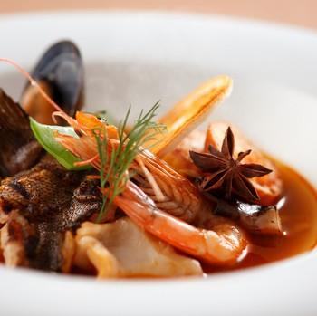 魚介の旨みがぎゅーっと凝縮されたブイヤベース。季節の旬の鮮魚が添えられ、とても深みのある味わいです。