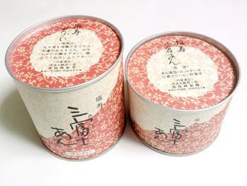 """看板商品は、丹波産小豆を炊き上げた「福寿 小倉あん」と、手作りの最中「三富士せんべい」。餡も最中も、日持ちする""""缶入り""""です。"""