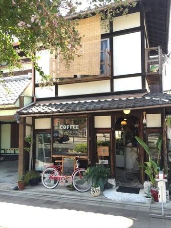 東山パインは、京都国立博物館の西側、大和大路通沿いにある町家カフェ。 坪庭付きの店内には、アンティークの家具や小物が置かれ、気取らず、まったりくつろげる、アットホームな雰囲気です。